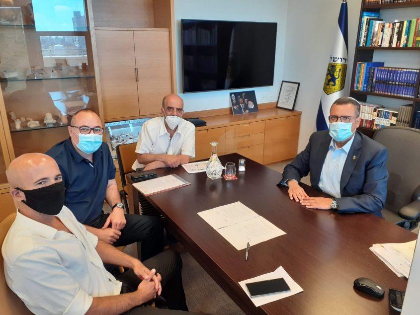 חתימת ההסכם בלשכת ראש העיר משה ליאון (צילום: דוברות עיריית ירושלים)
