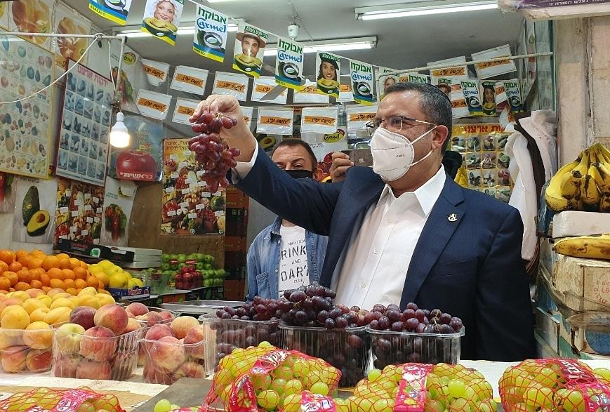 ראש העיר משה ליאון בשוק מחנה יהודה לפני ראש השנה (צילום: דוברות העירייה)