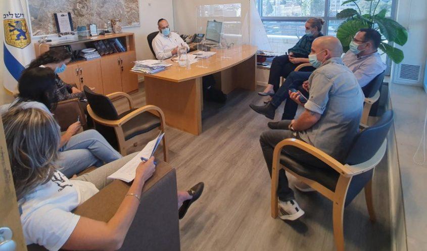 """מ""""מ ראש העיר אליעזר ראוכברגר, בדיון בוועדה עם מהנדס העיר והצוות המקצועי בעירייה (קרדיט: דוברות 'שערי צדק')"""