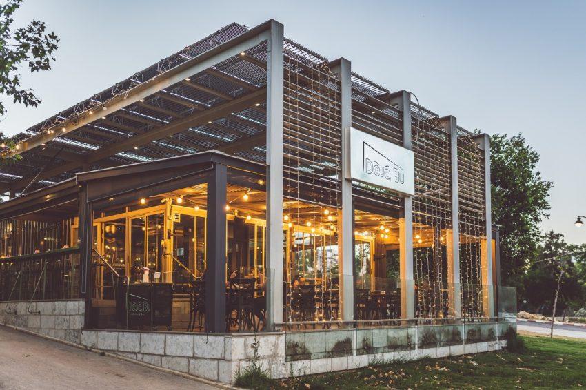 """מסעדת """"דה ז'בו"""" בגן העצמאות (צילום: איתמר גינצבורג)"""