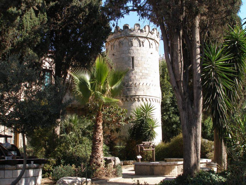 """בית סרגיי, בית מגדל שרות בחצר (צילום: ד""""ר אדם אקרמן)"""