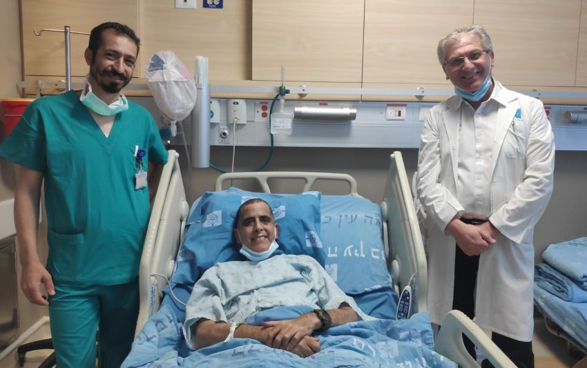 בתמונה, מימין פרופ ספאדי, אמיר ודר חלאילה שביצע את השתלת הכבד