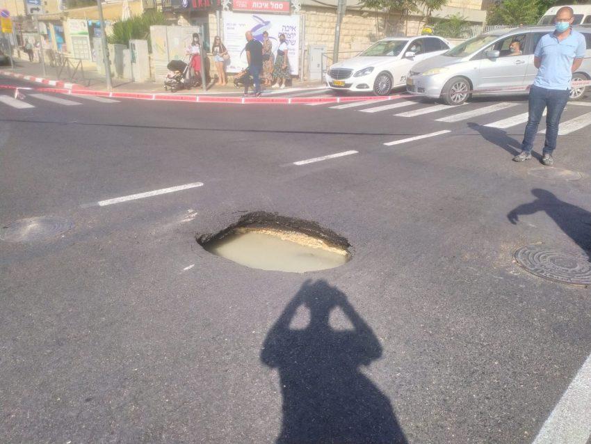 בור המים שנפער בכביש ברחוב דרך חברון (צילום: שלומי הלר)