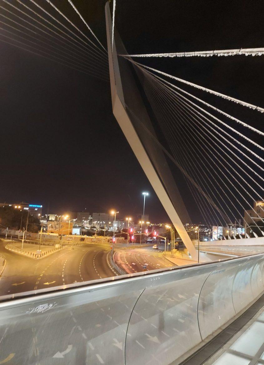 """גשר המיתרים - הכניסה לעיר, ערב ראש השנה תשפ""""א (צילום: יפעת ראובן)"""