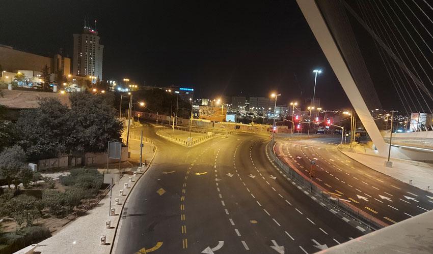 """הכניסה לעיר וגשר המיתרים בערב ראש השנה תשפ""""א (צילום: יפעת ראובן)"""