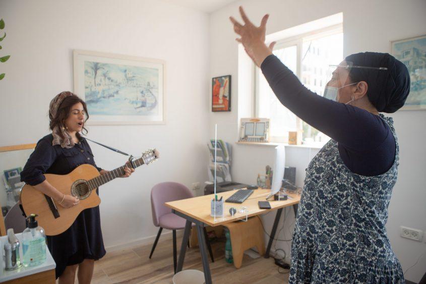 רחל חזן קלינאית תקשורת, עם הזמרת נירית חוטובלי בירושלים (צילום: יובל כהן אהרונוב)
