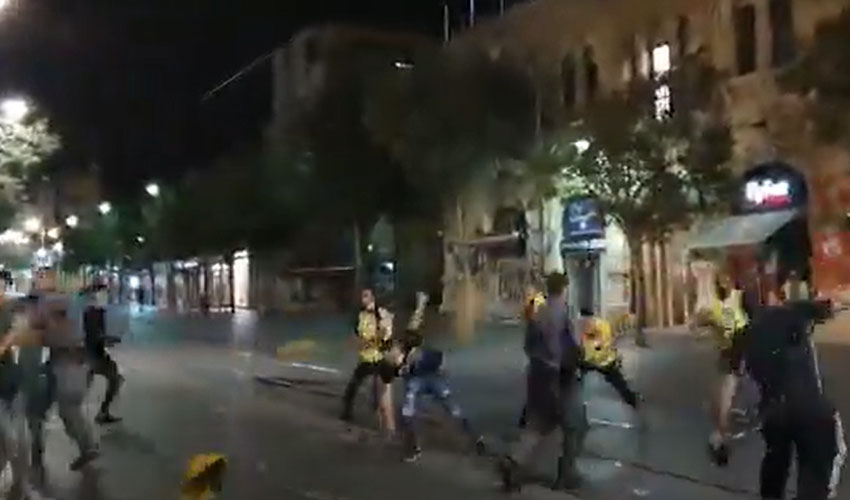 מתוך הסרטון שמתעד את הקטטה ההמונית הלילה במרכז העיר(צילום: י.ג)