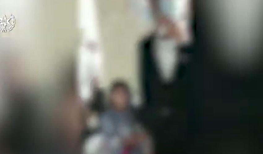 תיעוד מתוך מצלמת הגוף של השוטרת, שהגיעה לבית בגבעת זאב שבה נערכה החתונה ההמונית (צילום: דוברות המשטרה)