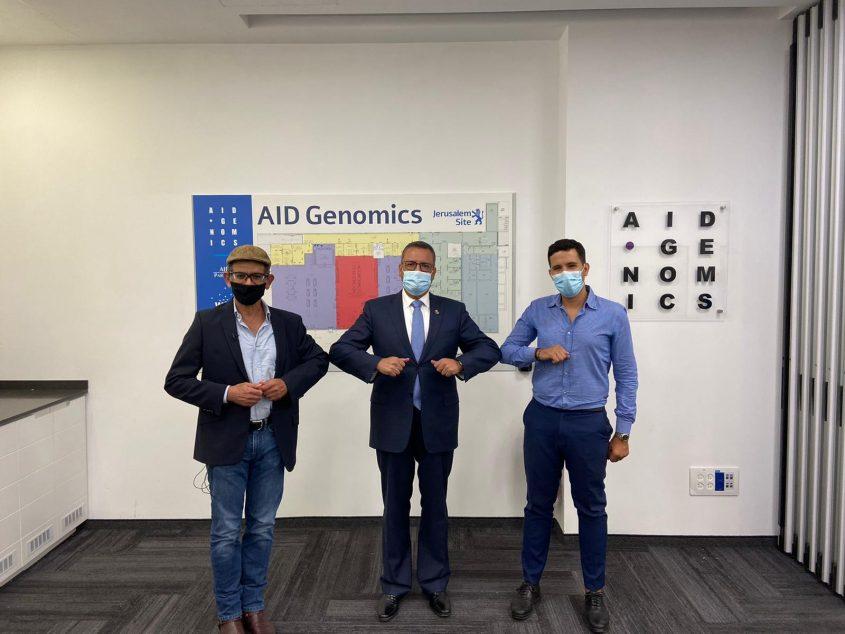 """מנכ""""ל AID Genomics שניר זנו, ראש העיר משה ליאון והמדען הראשי של החברה פרופ' יצחק חביב (צילום: דוברות לשכת ראש העיר)"""
