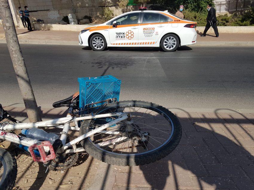 זירת התאונה בנוה יעקב - ילד בן 13 שרכב על אופניים נפצע קשה (צילום: איחוד הצלה)