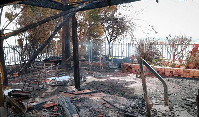 חצר הבית שעלה באש בשריפת הענק (צילום: מתוך סרטון קמפיין לגיוס המונים)