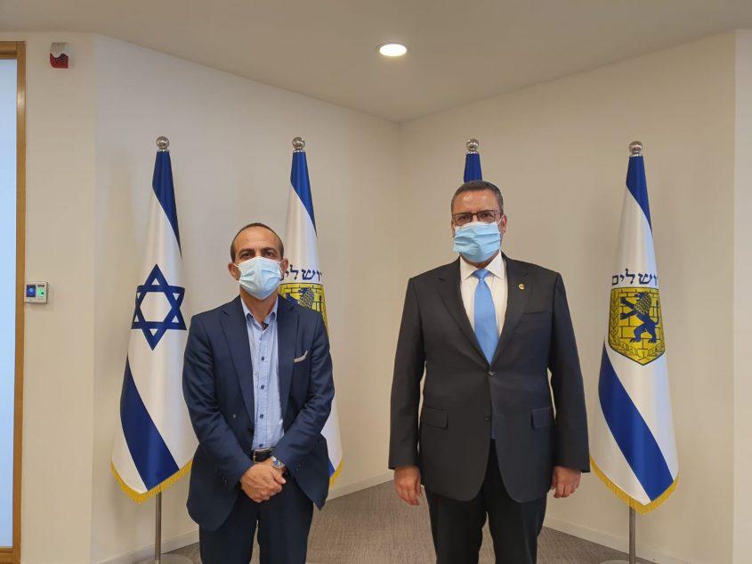 ראש העיר משה ליאון ופרויקטור הקורונה פרופ' רוני גמזו בעיריית ירושלים (צילום: דוברות העירייה)