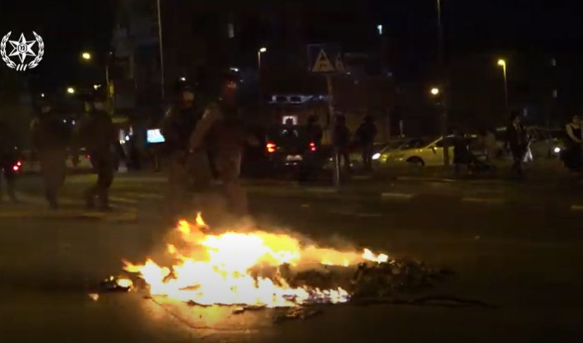 ההתפרעויות אמש במאה שערים (צילום: דוברות המשטרה)