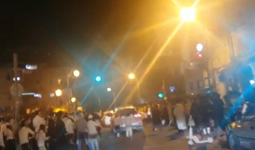 סמוך למאה שערים, הלילה (צילום: מ.ג.מחאות החרדים הקיצונים)