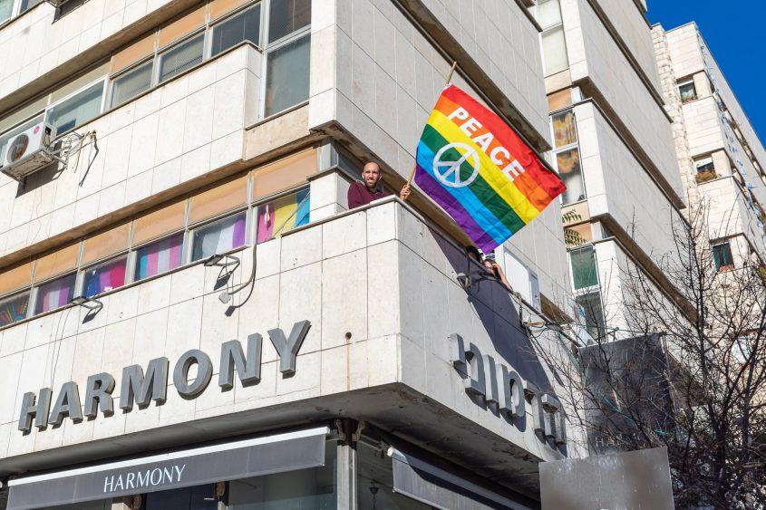 דגל הגאווה, הבית הפתוח בירושלים (צילום: מתוך דף הפייסבוק של הבית הפתוח בירושלים לגאווה ולסובלנות)