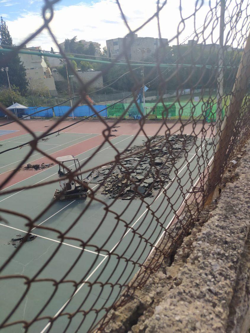 מגרש הטניס בבית טיילור (צילום: מטה המאבק למען בית טיילור)