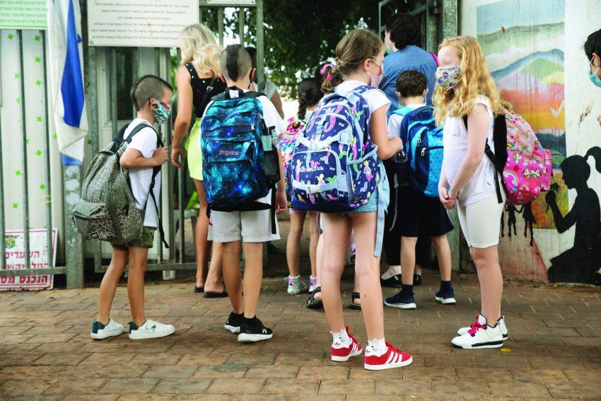 פתיחת שנת הלימודים בעידן הקורונה, תלמידים עם מסכות (צילום: תומר אפלבאום)
