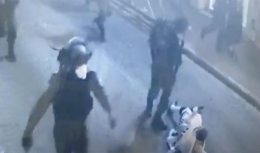 השוטר שתועד תוקף עובר אורח במאה שערים (צילום: מתוך מצלמות האבטחה)