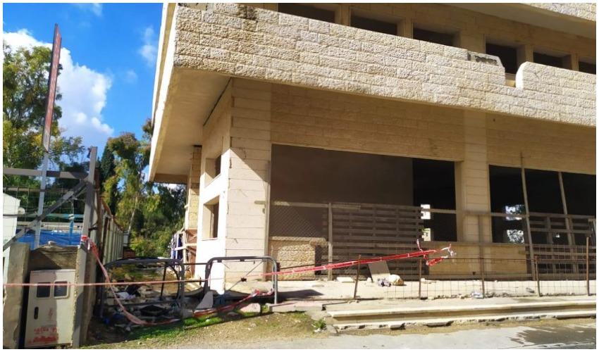 המבנה שבו נרצח חסר הבית ברחוב המוסכים בתלפיות (צילום: שלומי הלר)