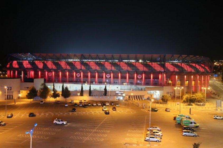 אצטדיון טדי מואר באדום לציון יום המאבק באלימות נגד נשים (צילום: ארנון בוסאני)