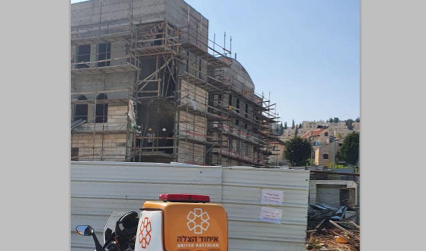 פסגת זאב: פועל נפצע קשה מלבנה שנפלה עליו באתר בנייה, פונה להדסה