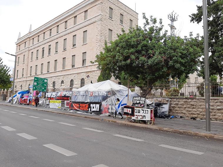 """מאהל ההפגנה נגד ראש הממשלה בנימין נתניהו בכיכר פריז (צילום: ד""""ר אדם אקרמן)"""