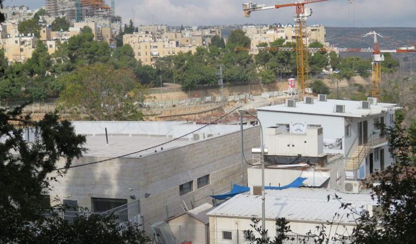 (מימין) תלמוד תורה אמרי מלך, מבנה המריבה הסמוך (צילום: פרטי)