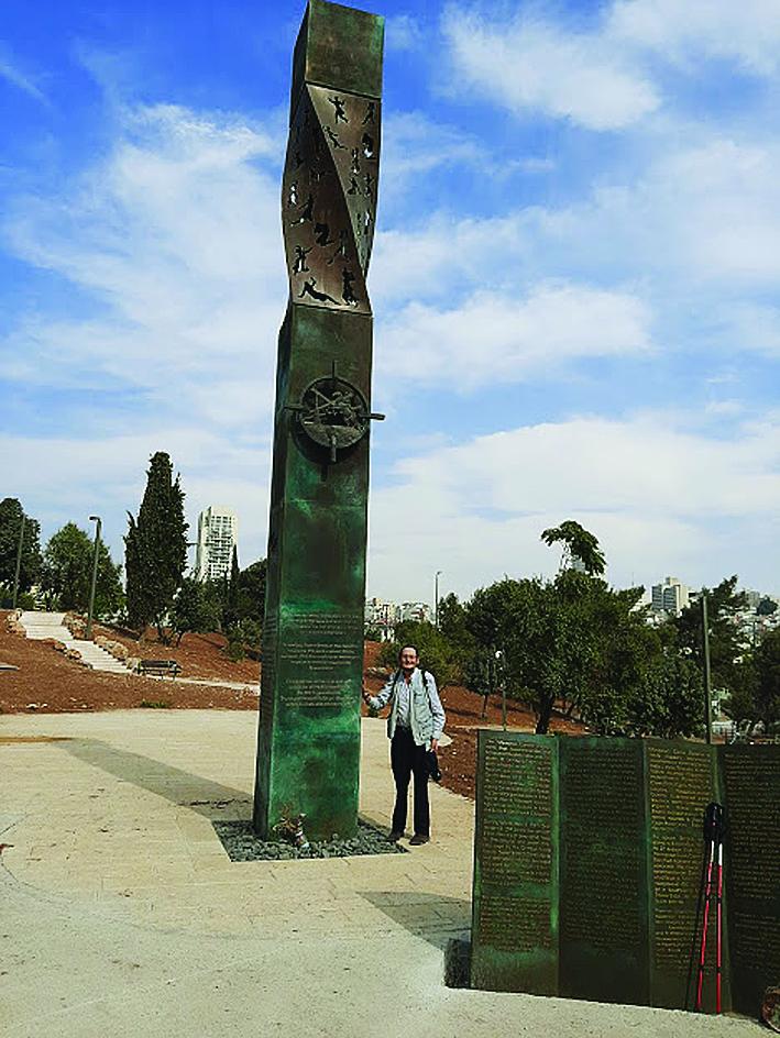 """ד""""ר אדם אקרמן סמוך לאנדרטת לנינגרד בגן סאקר (צילום: באדיבות ד""""ר אדם אקרמן)"""