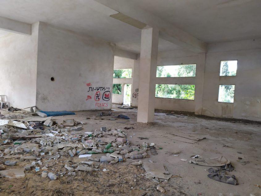 המבנה שבו נרצח חסר הבית ברוב המוסכים בתלפיות (צילום: שלומי הלר)