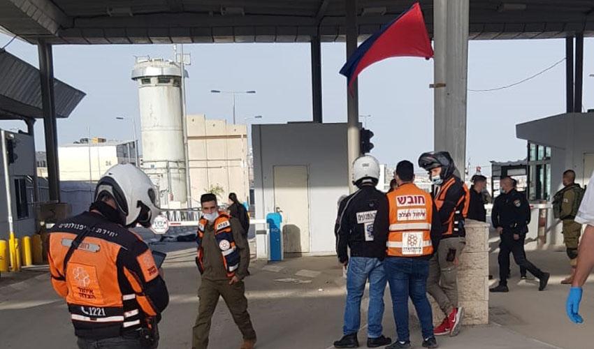 סמוך לזירת ניסיון הפיגוע במחסום קלנדיה (צילום: דוברות איחוד הצלה)