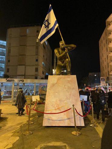 """פסל """"גיבור ישראל"""" של האמן איתי זלאיט, שהוסר הלילה (צילום: מארגני המחאה)"""
