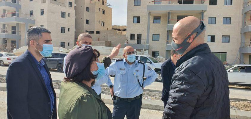 השר לביטחון הפנים אמיר אוחנה בסיור בשכונת 'נווה שמיר' (צילום: דוברות עיריית בית שמש)