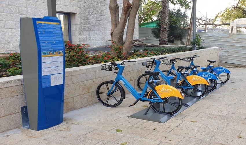 עמדה להשכרת אופניים בכיכר ספרא (צילום: דוברות עיריית ירושלים)