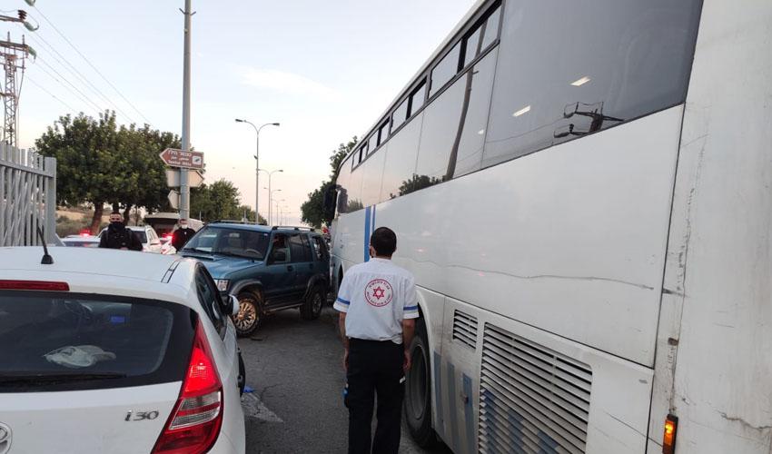 """זירת התאונה בדרך חברון (צילום: תיעוד מבצעי מד""""א)"""