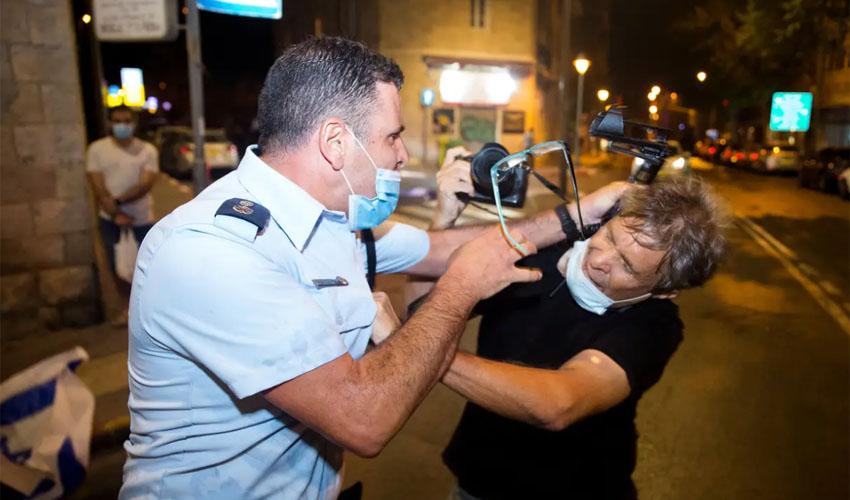 סגן ניצב ניסו גואטה מכה את הצלם ילון גורביץ, באוגוסט האחרון (צילום: Amir Levy/Getty Images)