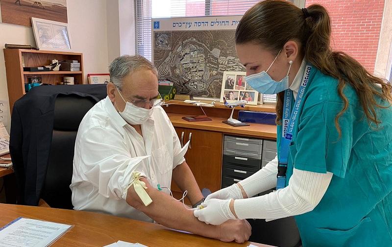 פרופ׳ זאב רוטשטיין בבדיקות לקראת קבלת החיסון הישראלי (צילום: דוברות הדסה)