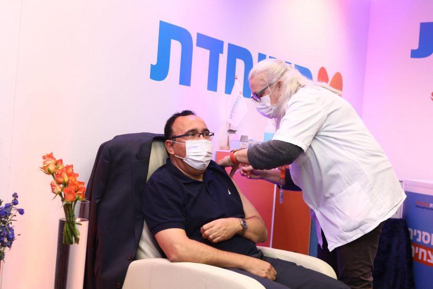 """אייל גבאי, יו""""ר מאוחדת מתחסן נגד הקורונה במרפאת הטורים בירושלים (צילום: באדיבות מאוחדת)"""