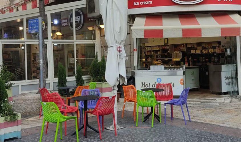 הכסאות והשולחנות שהוצבו במרכז העיר (צילום: עיריית ירושלים)