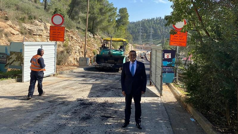 ראש העיר משה ליאון בכביש הגישה דרך הר נוף (צילום: דוברות עיריית ירושלים)
