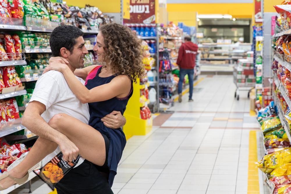 הצגת סיפור האהבה של מיכל ובועז שרז בסופר;רקדנים/שחקנים: מרים אנגל וינון שזו; כוריאוגרפיה: מרים אנגל (צילום: אילן חזן)