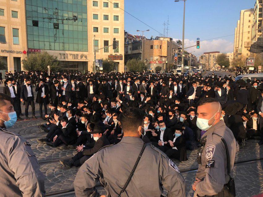 מחאת החרדים הקיצוניים בכניסה לעיר (צילום: דוברות המשטרה)