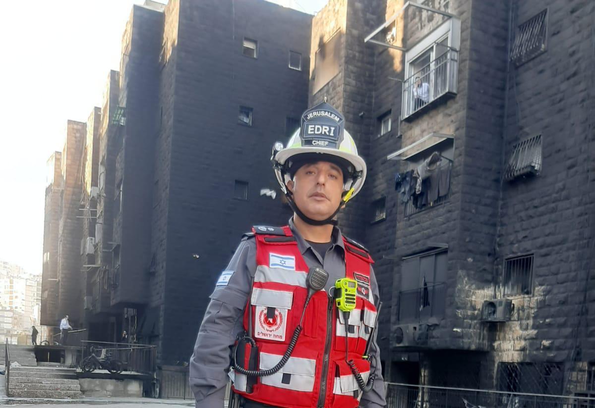 סגן טפסר אלי אדרי מפקד תחנת האומה בזירת השריפה ברוממה (צילום: כבאות והצלה לישראל מחוז ירושלים)
