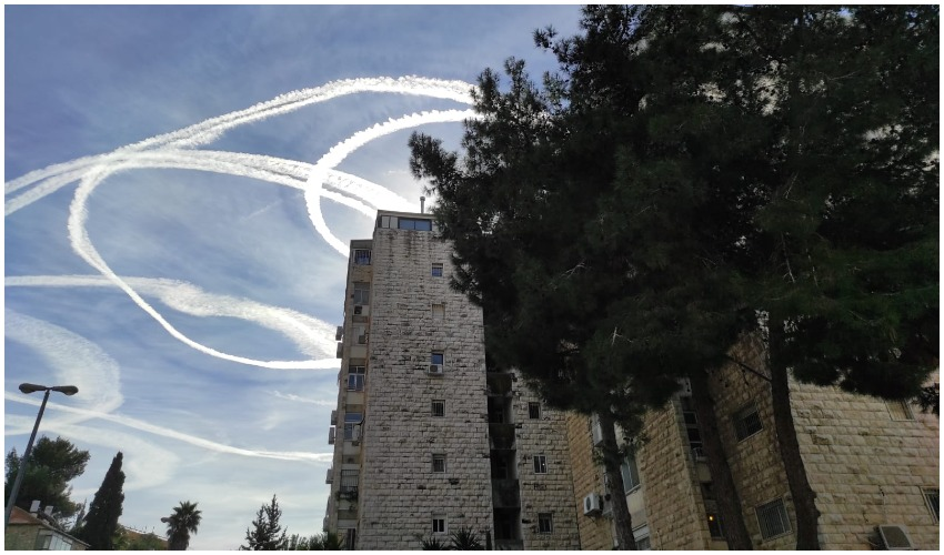 השובל הלבן בשמי ירושלים (צילום: פרטי)