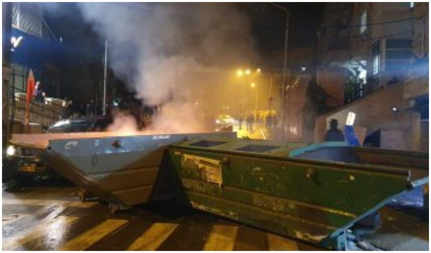 התפרעות חרדים במאה שערים (צילום: דוברות המשטרה)