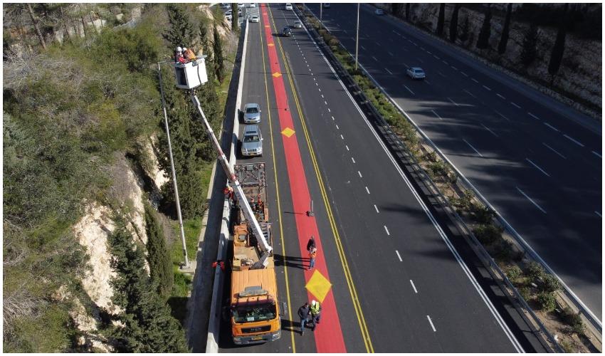 התקנת תאורת לד בכביש בגין (צילום: מחלקת המאור עיריית ירושלים)