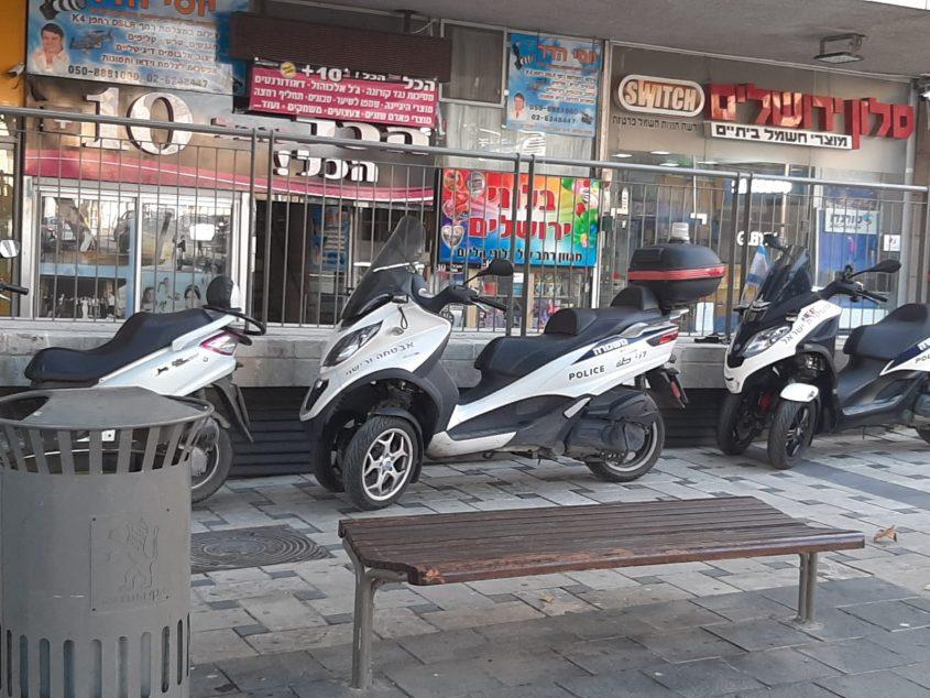 קטנועי משטרה חונים על מדרכה ומעבר להולכי רגל (צילום: פרטי)
