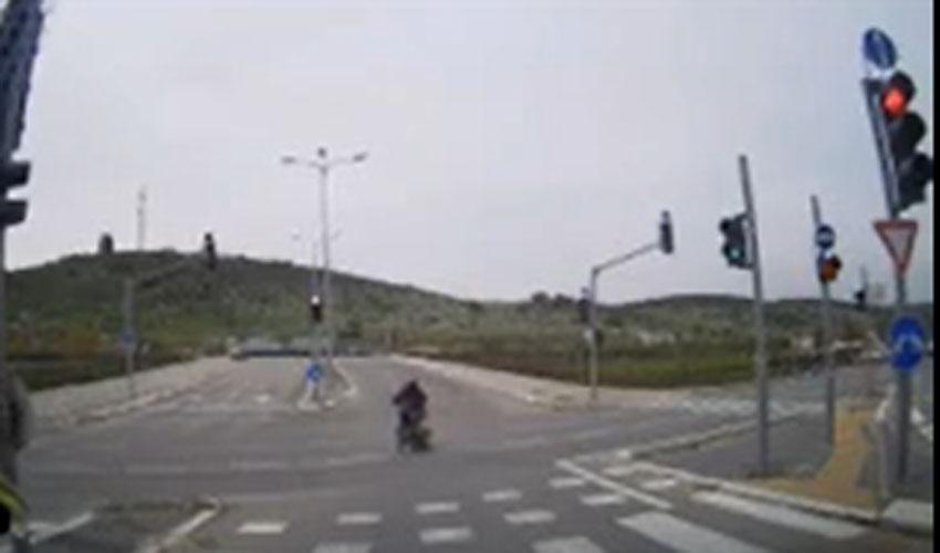 תיעוד מתוך סרטון המשטרה של רוכב האופנוע ממודייען שחצה שני צמתים באור אדום (צילום: דוברות המשטרה)