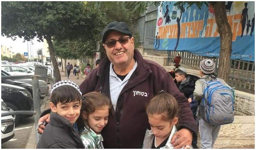 """יעקב מזרחי ז""""ל עם ילדיו של גדי בן חמו (צילום: גדי בן חמו)"""