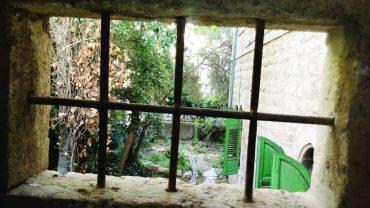 """בית הטוחן, מבט דרך אשנב בתוך חדר המדרגות (צילום: ד""""ר אדם אקרמן)"""