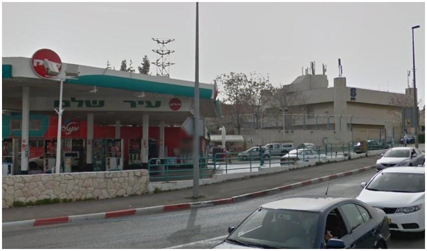 מבנה בית הספר הסמוך לתחנת הדלק (צילום: גוגל מפות)